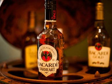 Recenze oblíbeného rumu Bacardi Oakheart Spiced Rum